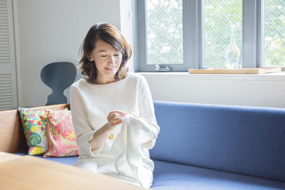 (写真:今治タオルに刺繍する美里さん)