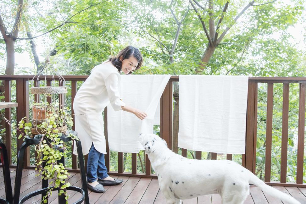 (写真:愛犬とご自宅のテラスで。)