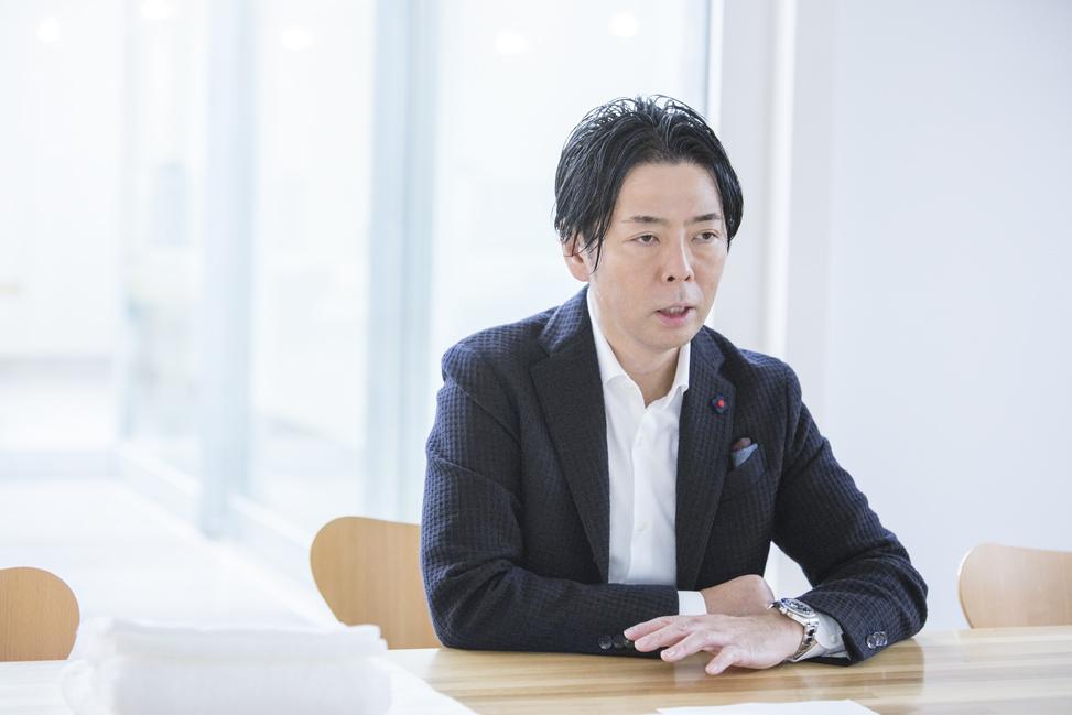 写真:インタビュー中の佐藤氏